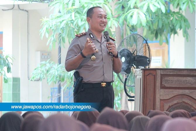 BERBAGI INSPIRASI: Kapolres Tuban AKBP Nanang Haryono saat berbagi kisah suksesnya di SMAN 1 Kedungadem, almamaternya kemarin (22/9).