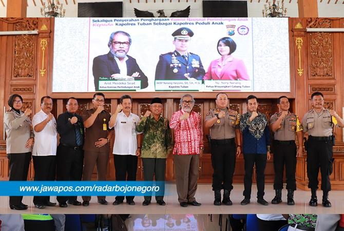SEMANGAT: Kapolres Tuban AKBP Nanang Haryono bersama Ketua Komnas Perlindungan Anak Indonesia Arist Merdeka Sirait serta tamu undangan saat foto bersama.