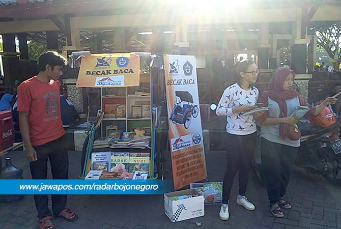 TUMBUHKAN MINAT BACA: Kegiatan Becak Baca di kompleks GOR Rangga Jaya Anoraga Tuban.