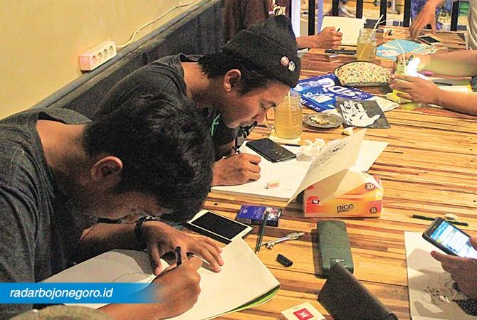 KHUSYUK: Komunitas BCA ketika menggambar. Mereka bertemu. Ngopi bareng tiap Kamis malam dan menggambar bareng.