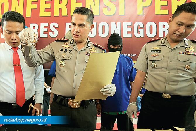 LIMA TKP: Kapolres (tengah) menunjukkan beragam barang bukti pencurian dilakukan Kades Bendonglateng.
