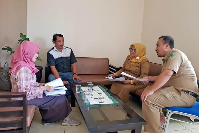 BAKAL DIGELAR LAGI: Jawa Pos Radar Bromo bersama Kabid Tata Lingkungan dan Pertamanan DLHKP Kota Pasuruan menggelar pertemuan pada Senin (23/7) untuk membahas akan digelarnya kembali event Kampung Hebat Menuju Sehat Award.