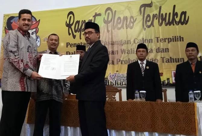 MENANGI PILWALI: Habib Hadi Zainal Abidin saat ditetapkan sebagai pemenang Pilwali Probolinggo, Kamis (26/7).