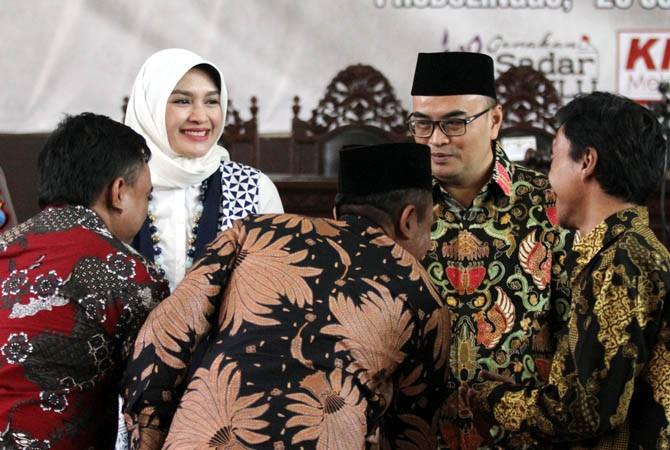 TUNGGU DILANTIK: Pasangan Puput Tantriana Sari-Timbul Prihanjoko menerima ucapan selamat usai ditetapkan jadi pemenang Pilbup Probolinggo oleh KPU.