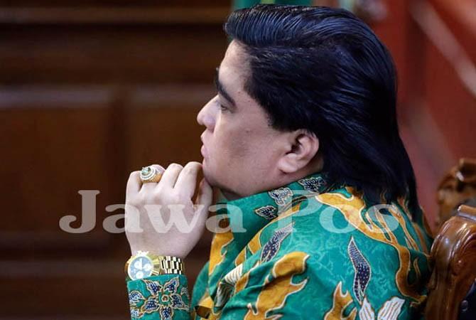 PENAMPILAN NECIS: Dimas Kanjeng dengan rambut klimis dengan jam warna emas dan cincin batu akik saat ikuti sidang, beberapa waktu lalu.