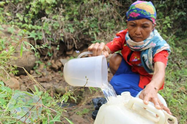warga mencari air bersih