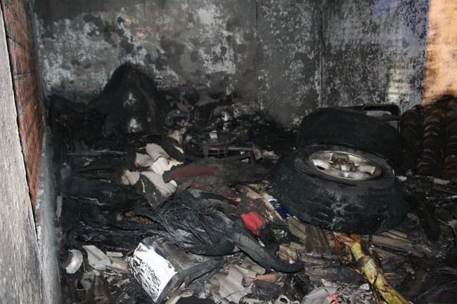 GARA-GARA GENSET: Kondisi gudang setelah api berhasil dipadamkan oleh warga dan petugas PMK Pmekab Jombang.