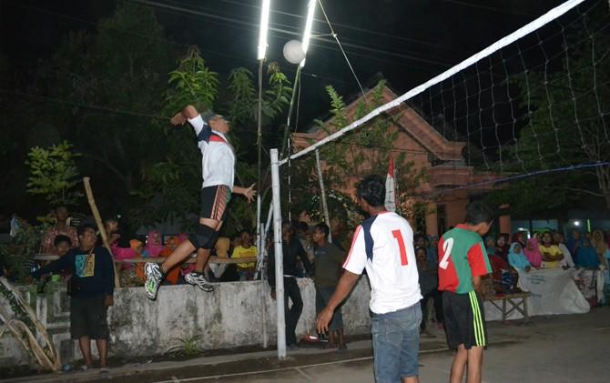 SERU: Peratandingan voli di Desa Kedawong sangat seru