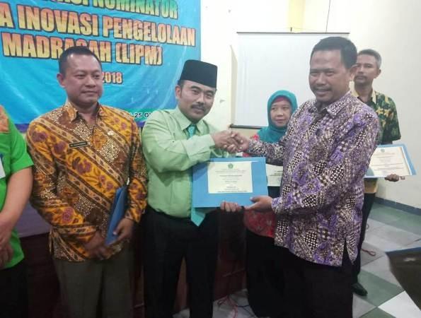 Kepala MTsN 3 Jombang PPBU Tambakberas HM Syuaib menerima penghargaan dari Kanwil Kemenag Jatim, Kamis (25/10).