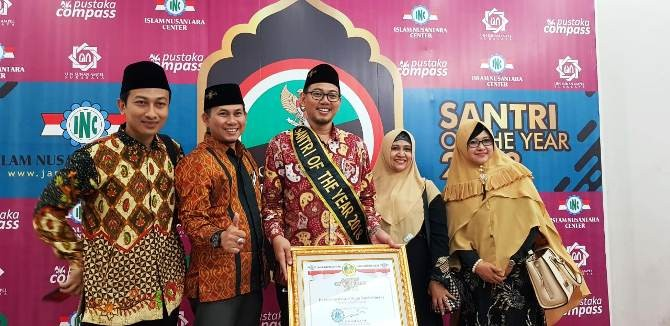 Ketum, sekum dan pengurus yayasan PPBU Tambakberas kala menerima penghargaan santri of the year 2018 di UINSA Surabaya, Senin (29/10).