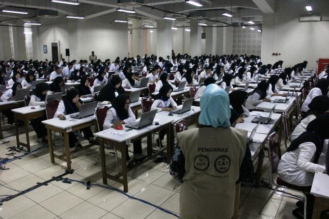 Pelaksanaan CAT untuk pelamar CPNS formasi Pemkab Jombang di basement Convention Hall Simpang Lima Gumul (SLG), Kabupaten Kediri.