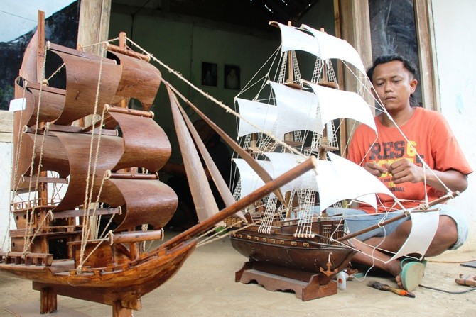 KREATIF: Sigit Waluyo, 36 warga Pulosari Bareng membuat kerajinan miniatur kapal