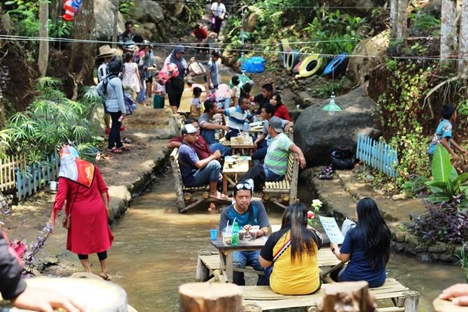 BERJUBEL: Pengunjung memadati wisata Sumber Biru di Desa Wonomerto Kecamatan Wonosalam kemarin.