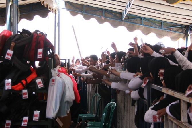 Peserta CPNS formasi Pemkab Jombang saat antri mengambil tas di penitipan barang yang disediakan panitia