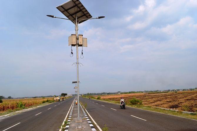 Kondisi lampu penerangan jalan di ringroad Mojoagung terlihat tanpa baterai karena dicuri.