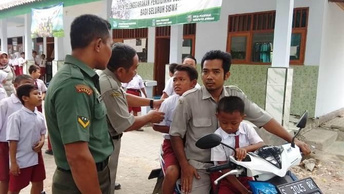 Lima siswa SDN Losari 2 dilarikan ke Puskesmas Bawangan dengan menggunakan sepeda motor