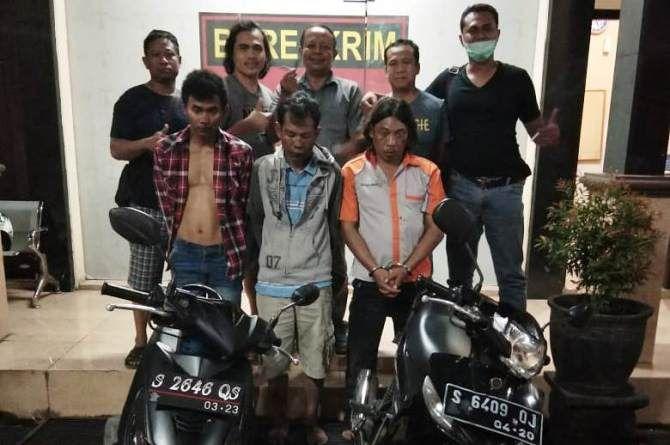Dua pelaku pencurian dan satu orang penadah saat berada di halaman Satreskrim Polres Jombang