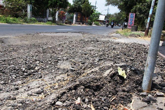 Salah satu titik jalan dalam kondisi rusak di Desa Cangkringrandu, Kecamatan Perak