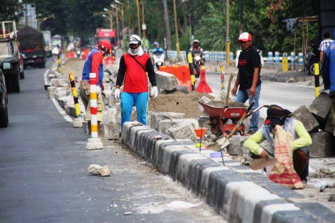 Sempat Dibongkar, Separator di Jalan Soekarno Hatta Dipasang Lagi