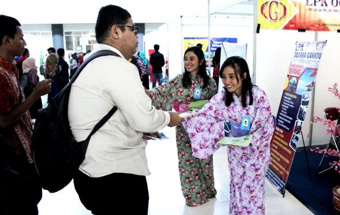 TARIK MINAT: Karyawati dari salah satu perusahaan pelatihan bahasa Jepang berbusana kimono menarik minat para pelamar lowongan di Bursa Kerja, SLG, Ngasem.