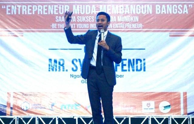 SEMANGAT: Pengusaha muda dan motivator Syafii Efendi memotivasi ratusan pelajar yang mengikuti seminar motivasi nasional entrepreneur dahsyat di Gedung Juang 45, kemarin.