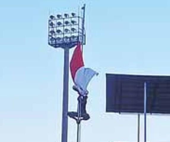 SPONTAN: Seorang anggota TNI memanjat tiang bendera.