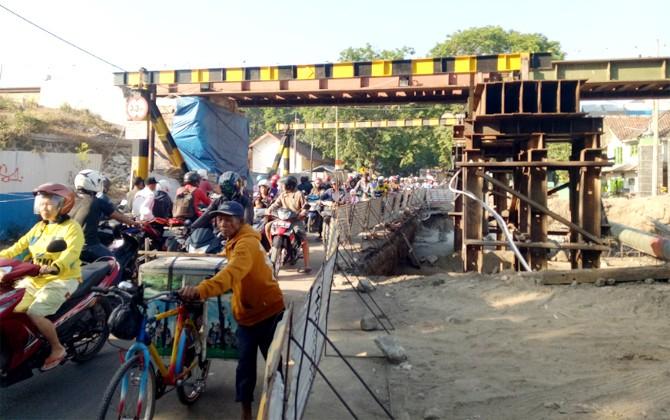BELUM TUNTAS: Pemasangan jembatan proyek double track di Kertosono hingga awal September ini masih belum tuntas. Kemenhub menargetkan pengerjaan selesai semua akhir tahun ini.