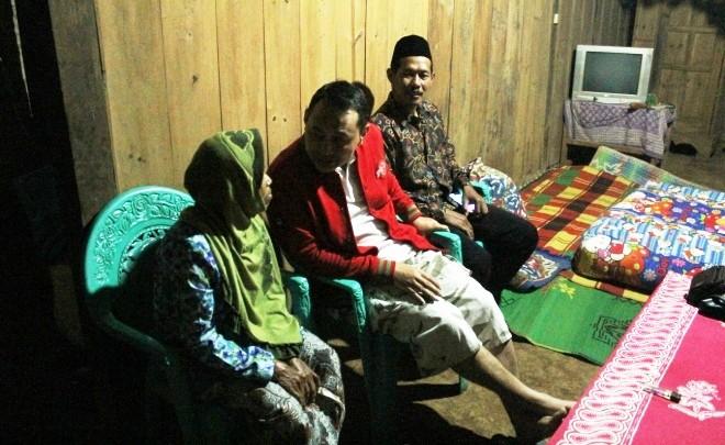 SANTAI: Bupati Novi (jaket merah) berbincang dengan Warni, warga Dukuh Makuto Etan, Dusun Makuto, Desa Bareng, Kecamatan Sawahan. Orang nomor satu di Nganjuk itu menginap di rumah Warni usai berdialog dengan warga di sana.
