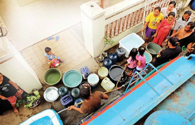 TETAP CERIA: Bocah-bocah Dusun Tawangsari, Desa Bobang, bermain di truk tangki milik BPBD saat petugas menyalurkan air di tempat itu kemarin.