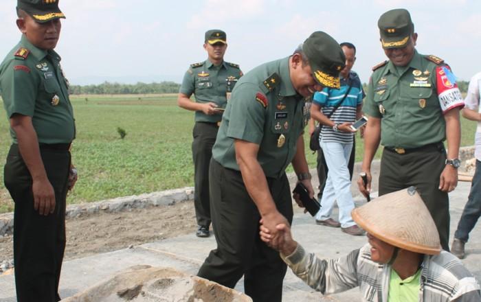 BERI SEMANGAT: Waas Intel Mabes TNI Brigjend TNI Andjar Wiratma beserta tim memberikan semangat pada warga di lokasi TMMD Desa Karangsari, Brati, kemarin.