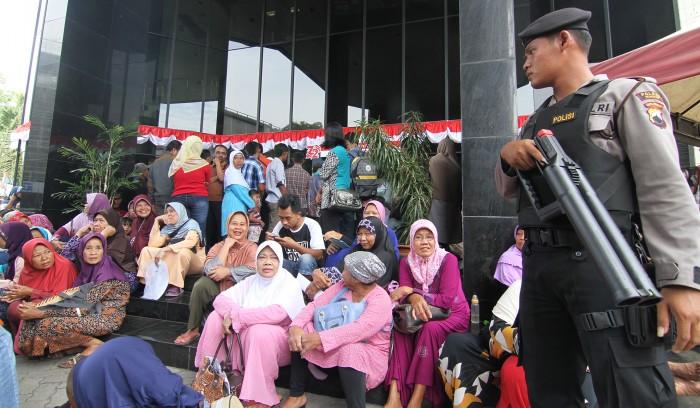 KECELE: Ratusan warga mendatangi Bank Mandiri Cabang Kudus kemarin. Mereka hendak registrasi rekening supaya mendapatkan dana belasan juta tiap bulannya seperti yang dijanjikan UN-Swissindo.