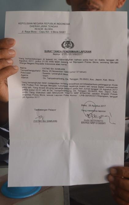 TUNJUKKAN: YN, kamituo Desa Tempelmahbang menunjukkan bukti pelaporan terhadap Brigadir YT di Polres Blora kemarin.