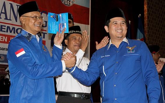ANGGOTA BARU: Ketua Dewan Kehormatan DPD Patai Demokrat Jawa Tengah Hendro Martodjo menerima kartu anggota dari Ketua DPD Patai Demokrat Jawa Tengah Rinto Subekti kemarin.