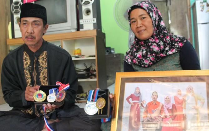 BANGGA: Orang tua Aries Susanti Rahayu menunjukkan foto dan medali yang diraih atlet panjat tebing yang berprestasi di kejuaraan dunia itu.