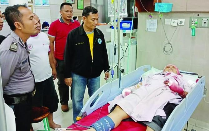 DIINFUS: Trias Krisdiana, 48, warga Kelurahan Mlatinorowito, Kecamatan Kota, menjalani perawatan di RSUD dr Loekmono Hadi Kudus.