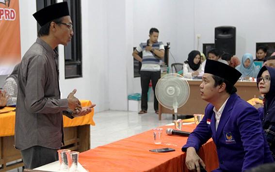 TURUN LANGSUNG: Ketua DPC Partai Nasdem Rembang Bayu Andriyanto (kanan) berkoordinasi dengan Komisioner KPU M. Salam di sela penyerahan berkas bacaleg.