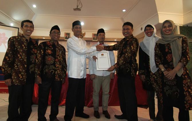 TUNGGU PELANTIKAN: M. Tamzil dan Hartopo (Top) menerima SK Penetapan sebagai bupati dan wakil bupati Kudus terpilih dari KPU di Hotel Kenari tadi malam.