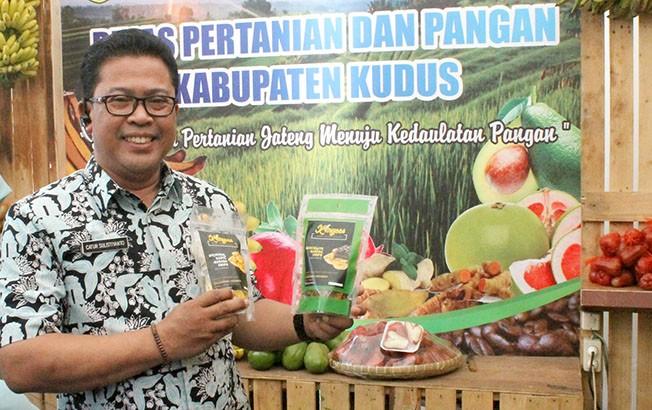 PROMOSI: Kadin Pertanian dan Pangan Kudus Catur Sulistiyanto menunjukkan olahan keripik pisang byar khas Dawe yang sudah dikemas modern.