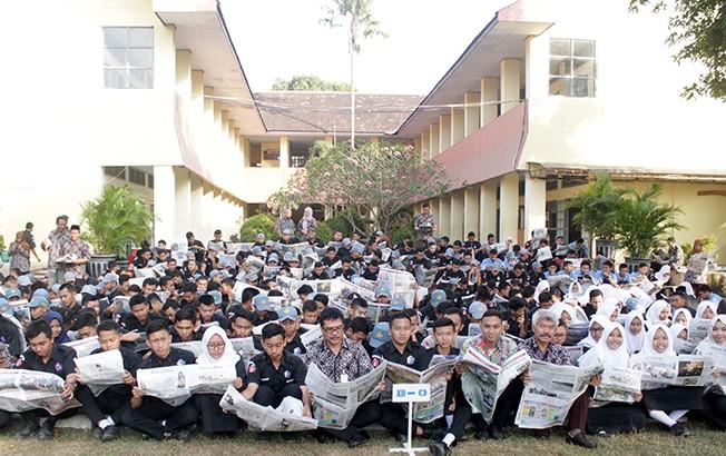 BACA BARENG: Kepala SMKN 2 Pati Pramuhadi Kuswanto bersama para siswa membaca koran Jawa Pos Radar Kudus pagi kemarin.