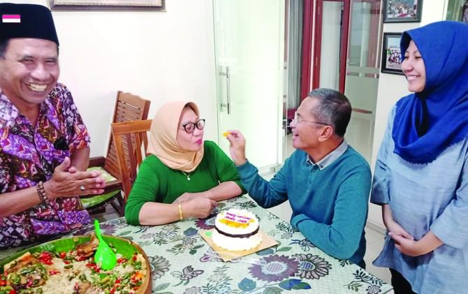 MESRA: Dahlan Iskan menyuapi istrinya Nafsiah disaksikan Baehaqi dan Ny. Vikram.