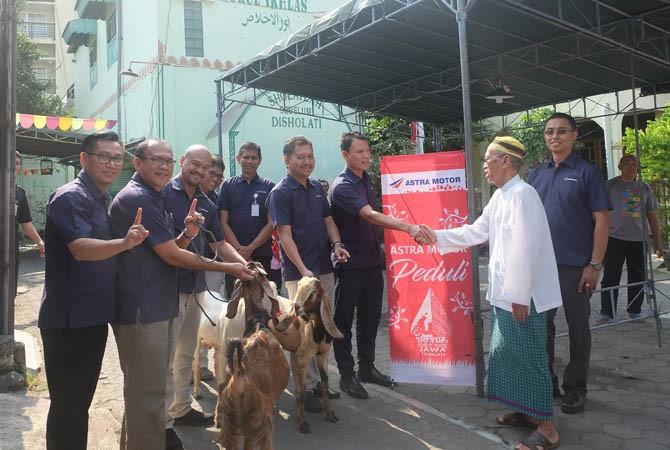 BERBAGI: Seluruh manajemen Main Dealer Astra Motor Jateng menyerahkan hewan kurban ke Musala Nurul Ikhlas Kampung Sonet, Semarang dan diterima oleh KH. Muhammad Yasluch.