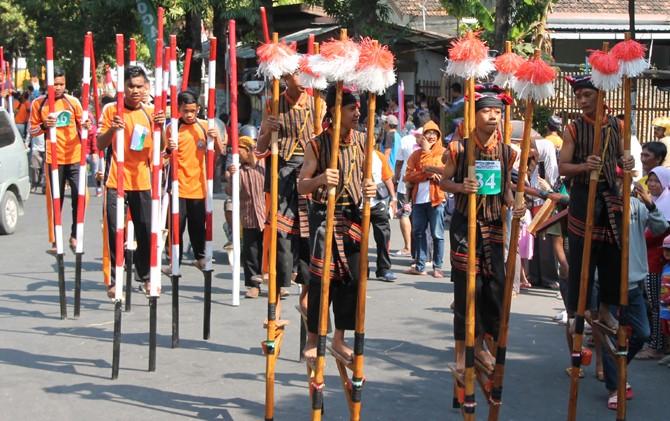 URI-URI PERMAINAN TRADISIONAL: Para peserta Festival Egrang menunjukkan kebolehannya dengan mengenakan kostum dan aksesori unik kemarin.