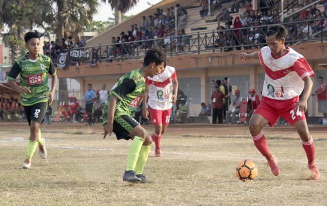 GOCEK BOLA: Aksi Persipa Jr (putih) saat berhadapan dengan PSIK Jr Klaten di Stadion Joyokusumo Minggu (26/8) lalu.