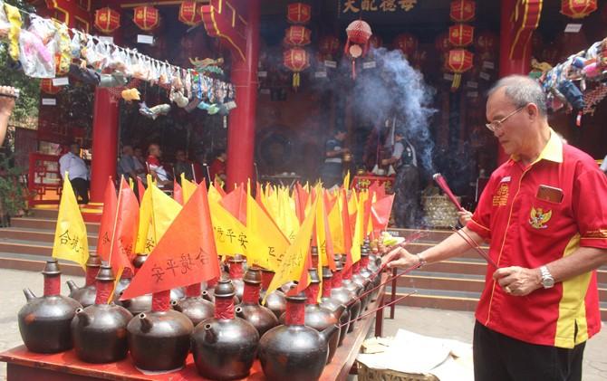 DOAKAN ARWAH LELUHUR: Sembahyang King Ho Ping di Kelenteng Hok Tik Bio Pati berjalan khidmat kemarin.