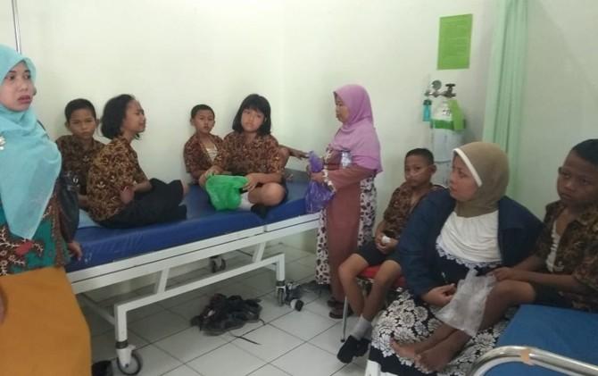 DAPATKAN PERAWATAN: Siswa SDN 1 Dresi Kulon mendapatkan perawatan di Puskesmas Kaliori setelah keracunan es puter.