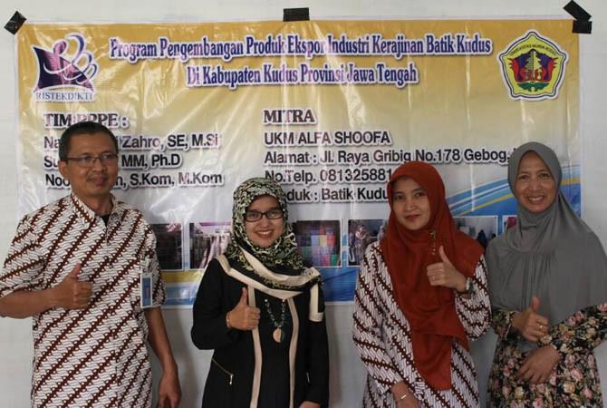 SERAHKAN BANTUAN: Tim PKM PPPE serahkan bantuan alat, masing-masing dua buah kenceng tembaga, kompor listrik, dan kompor gas tegangan tinggi kepada Alfa Shoofa dan Muria Batik.