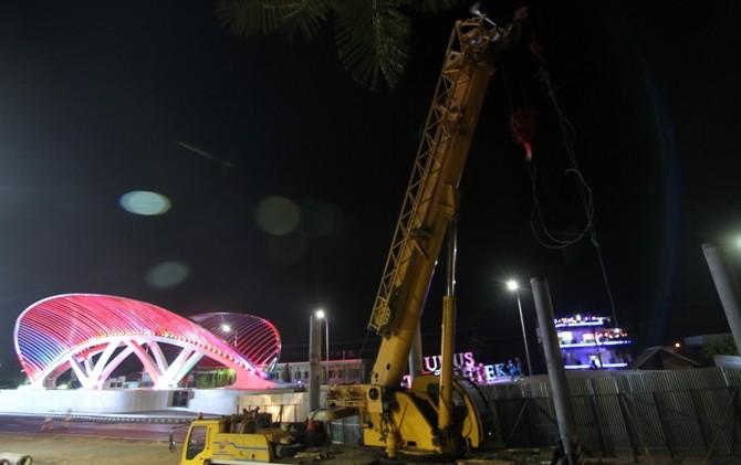MENUTUP GERBANG K3?: Crane sedang menancapkan tiang pancang sebagai kaki-kaki Jembatan Kolonel Sunandar C (Jembatan Tanggulangin III) dengan background Gerbang Kudus Kota Kretek.