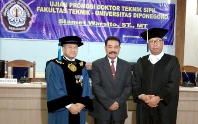 SUKSES: Slamet (tengah) usai mengikuti sidang disertasi di Undip Semarang Selasa (28/8).