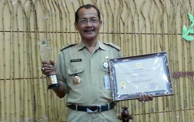 LINGKUNGAN BERSIH: Lurah Pati Kidul PB Pamungkas menerima penghargaan lomba kelurahan bersih dan hijau terbaik se-Jawa Tengah.