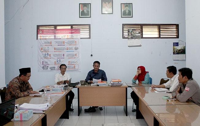 DIUMUMKAN MULAI HARI INI: KPU Rembang menggelar rapat pleno penetapan DCT kemarin.